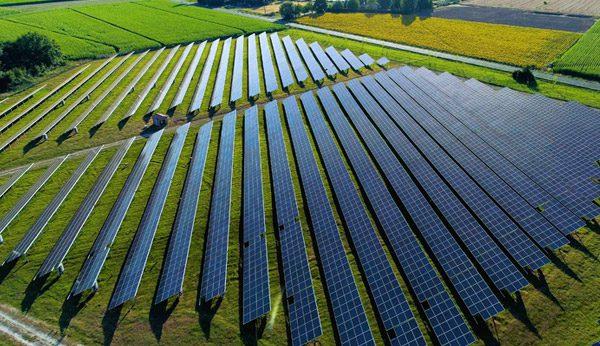 zonnepanelen-veld-land